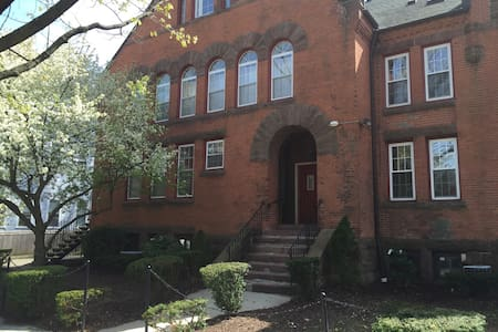 Large, charming condo in east rock - New Haven