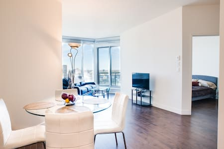 New Luxury D/T condo views and Wifi