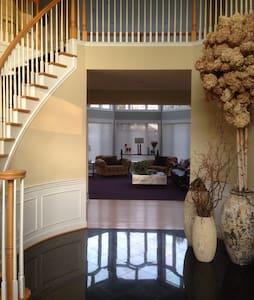 LUXURY HOME IN BEAUTIFUL COMMUNITY NEAR IAD - Reston - Rumah