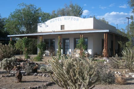 Harry Trehearne room at Hotel Nipton (room 1) - San Bernardino County - Bed & Breakfast