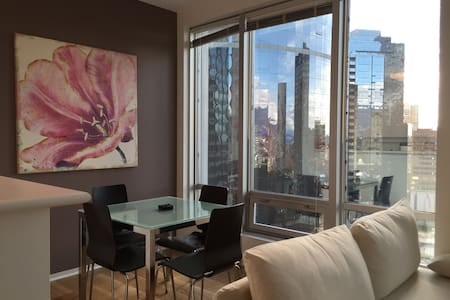 CLEAN & COZY with AC in CENTRAL DOWNTOWN - Vancouver - Apartment