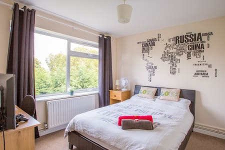 Lovely room near Gatwick and London - Appartement