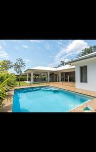 Brand new house in the rainforest - Trinity Beach - Dom