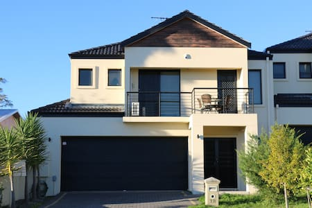 Warm & Cosy Home - Nollamara - Townhouse