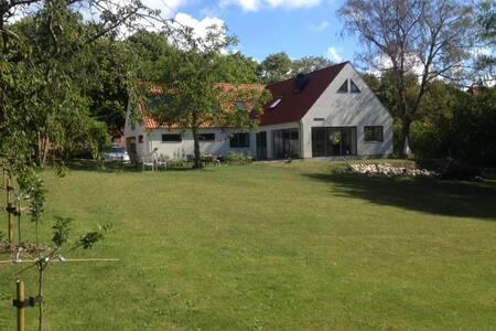 Villa ved vandet - med park og skov - Nykøbing Sjælland