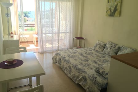 Bright studio close to the beach - Apartment