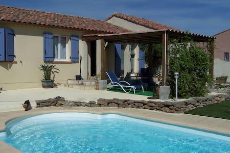 chambre dans villa avec piscine - Dům