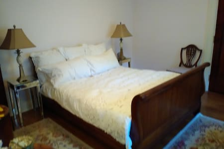 Bright, warm queen size room with exclusive bath - Rochester
