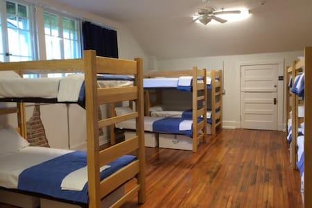 Single Bed in Men's Dorm-Firehouse Hostel & Museum - Little Rock - Andere