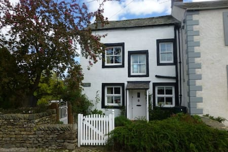 BLACKSMITHS COTTAGE, Pooley Bridge, Ullswater - Casa