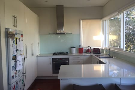 Sunny, modern, family house near Manly - Allambie Heights - House