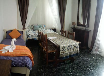 Huge room for 2-3 friends or relatives. No couples - Florence - Apartmen