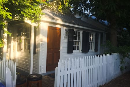 Cozy Cottage Only 4 Blocks from Duval Street - House