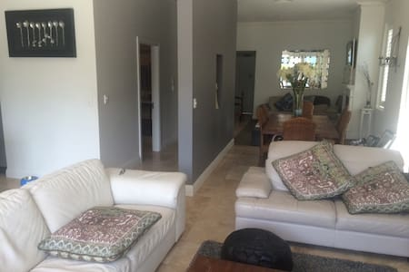 One level, open plan easy living. - Pagewood - Hus
