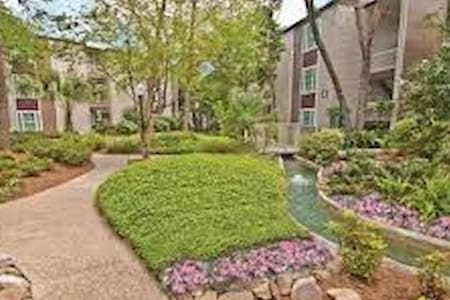 Right by THE AIRPORT! 1 Bedroom, 1 Bathroom!! - Metairie - Apartment