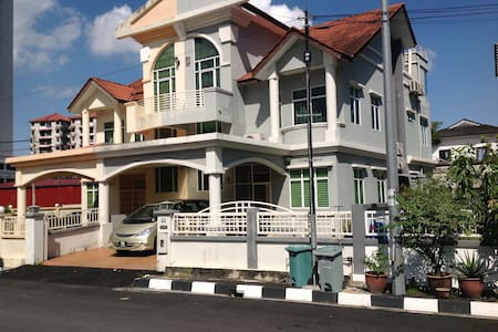 Sungai Ara Triple Storey Semi D with 5 rooms - Hus