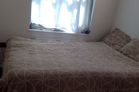 Room with double bed in family friendly house - Biggleswade