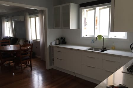 Inner city gem for quiet cosy comfort Greenslopes - Greenslopes - House