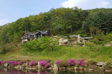 (꽃창포 황토방) 미륵산계곡 꿈의 궁전 - Huis
