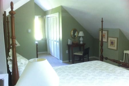 Master Suite w/sep entry & L. R. - Tunbridge - Casa