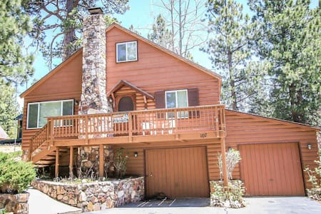 Quiet Location~Comfy Two Story Cabin~Walk To Lake~Fenced Yard/Pets Ok~Fireplace~ - Lac Big Bear
