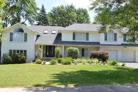 Great open concept home in Downers Grove - House