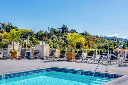Secured 1 Br Loft with Roof Top Pool and Parking - Los Angeles - Loft