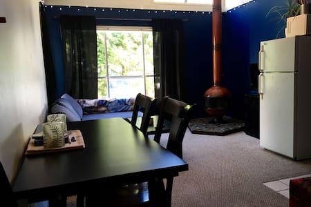 Cozy Creekside Apartment - Whistler - Lejlighed