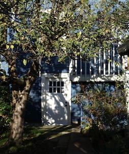 Bright and cozy garden suite - Ház