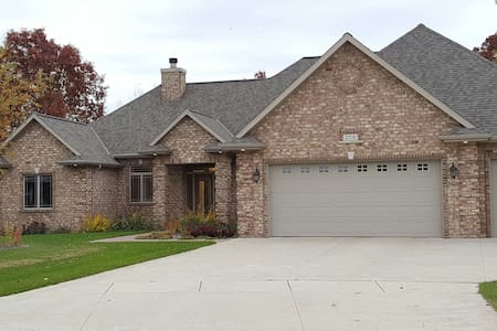 Executive 1 or 2 Rooms & Private Bath - Green Bay - Dom