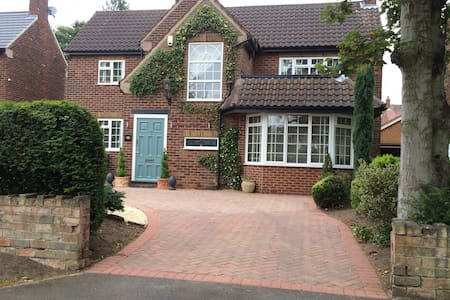 Private double room in gorgeous home close to town - Doncaster - Huis