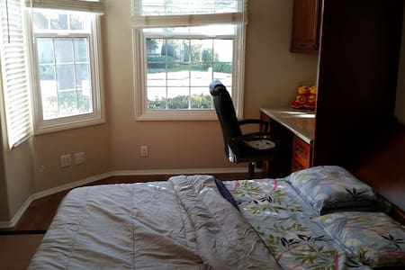 Private room with attached batrooom - San Diego - Bed & Breakfast
