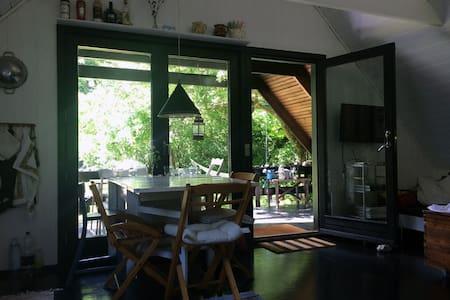 Hyggeligt sommerhus i Tisvilde direkte til skoven - Tisvilde - Stuga