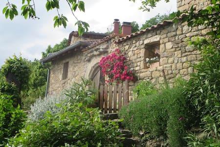 Chambre dans maison en pierres à Chirols - Chirols - Casa