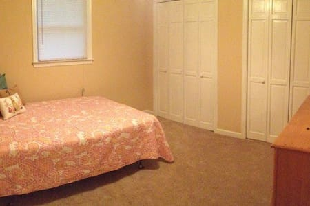 Comfy Private Room, Quick & Easy Drive to Downtown - Winston-Salem - Haus