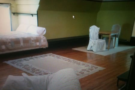 Ballroom studio loft kitchenette - Janesville - Bed & Breakfast