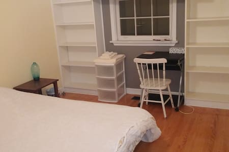 Private bedroom near Sunnybrook - Toronto - House