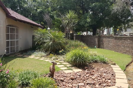 Space and Charm in leafy suburb. - Benoni - Huis