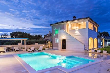 Villa Lora mit 4* Sterne für 8-10 Personen - Villa