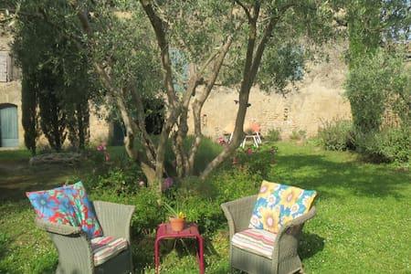 Belles chambres avec jardin dans Mas provencal - House