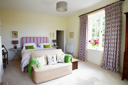Elegant, welcoming rooms in a Devon farmhouse - Tiverton