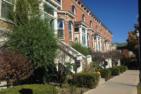 Downtown Belleville Apartment - Lakás