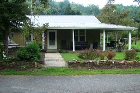 Riverfront Retreat in Bryson City - Σπίτι