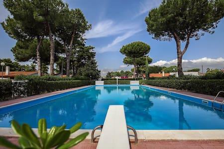 Villetta in parco verde con piscina - Paestum - Villa