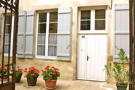 """Gîte """"à mi-pente"""", au coeur de Vézelay - Daire"""