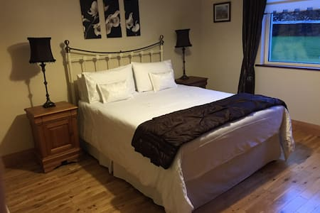 King size bed with ensuite. - Dingle - Bed & Breakfast