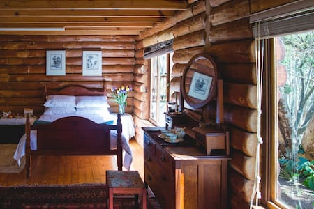 Spacious, idyllic room in log home. - Bed & Breakfast