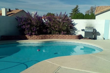 Charming private room, 2 twin beds, shared bath - North Las Vegas - Bed & Breakfast