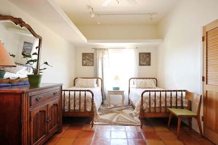 Cactus Bdrm- Ray's Country Gardens - Santa Fe - Bed & Breakfast