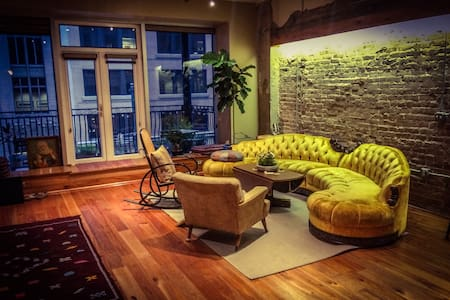 Comfy Sofa in Downtown Houston Loft - Condominio